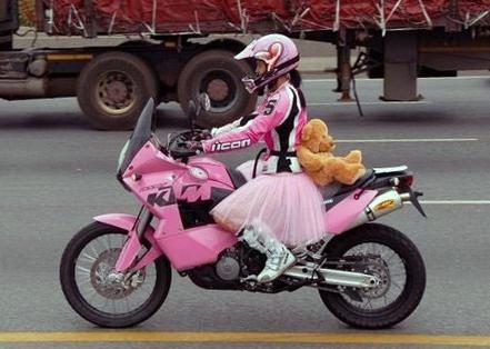 Rózsaszín ktm motor motoros csajjal