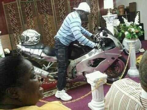 Bebalzsamozott motoros a ravatalon