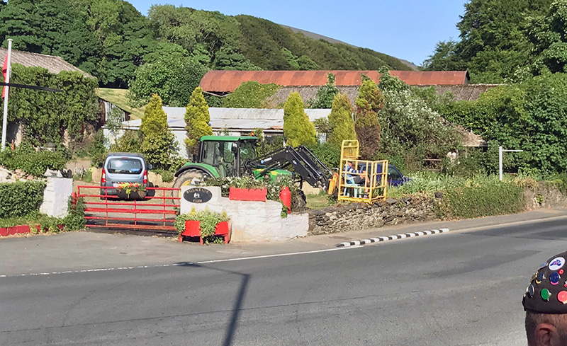 Kedvenc. Abszolút kedvenc. Like a boss. A bácsi farmja a versenyút mellett van, a traktorra szerelt védő kosárból nézi az időmérést