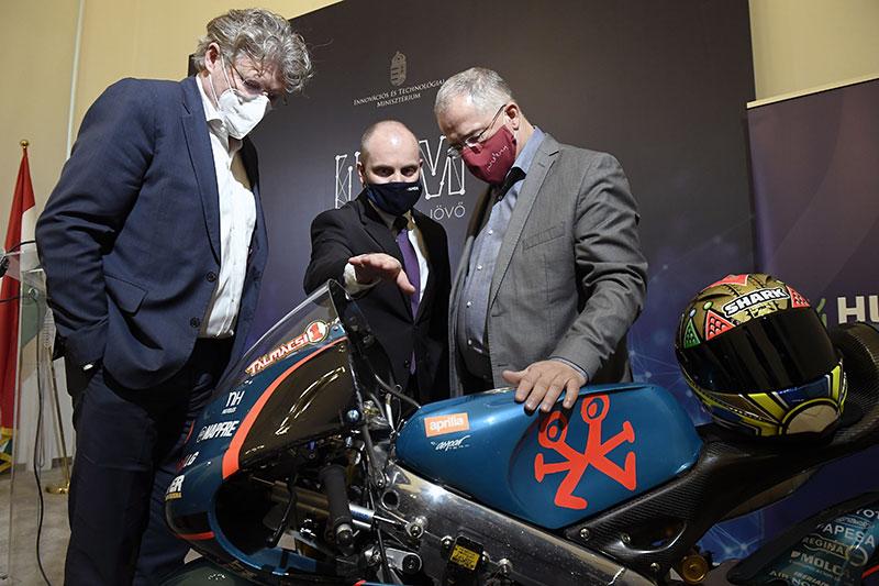 Pacza József, a Kelet-Magyarországi Versenypálya Kft. ügyvezető igazgatója, Talmácsi Gábor világbajnok motorversenyző és Kósa Lajos fideszes országgyűlési képviselő (b-j) az Innovációs és Technológiai Minisztérium (ITM) és aMotoGPjogtulajdonosa, a Dorna Sports közötti megállapodás aláírása után az ITM-ben tartott sajtótájékoztatón 2021. március 4-én.