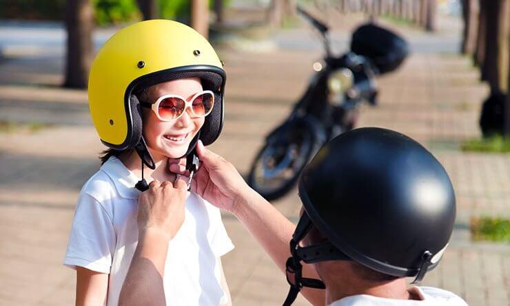 Gyerek szállítása a motorkerékpáron