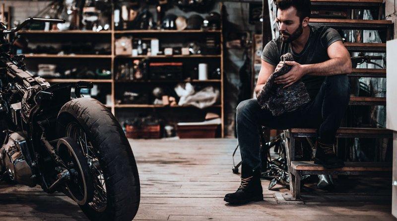 Motorszerelés a garázsban