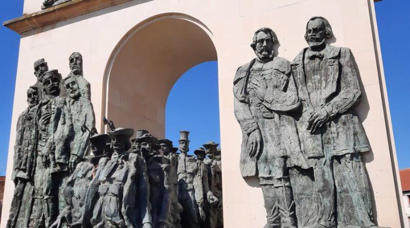 Aradon a Megbékélés parkban az aradi vértanúk emlékműve